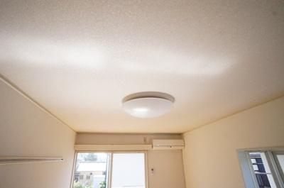 居室の照明付いてます