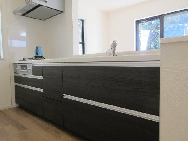 収納力たっぷりのシステムキッチンに加え、床下収納も完備。