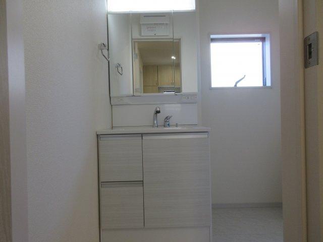 窓付きの明るい洗面所。ゆとりの洗面スペースで朝の身支度もスムーズに。