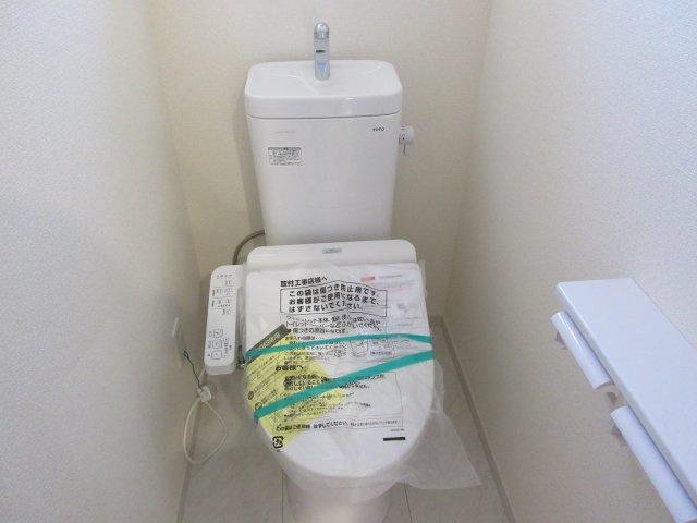 1階トイレはいつもキレイに保ちたいスペースですよね。白で統一した清潔感溢れるコーディネート。