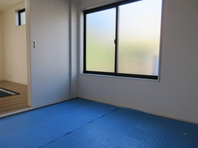 大きな窓から日差しが差し込む和室。