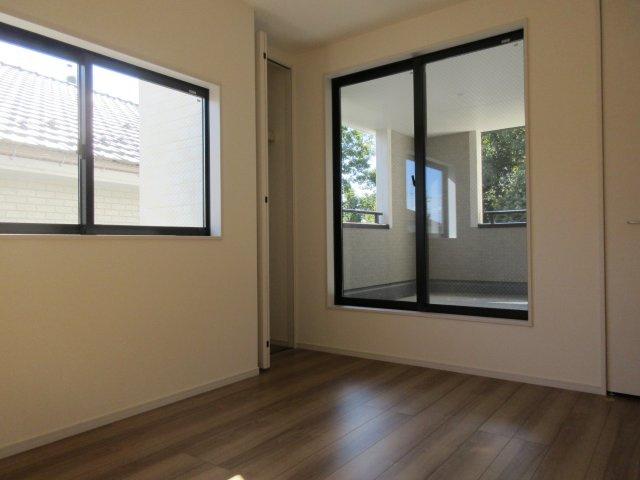 洋室(2)インナーバルコニーに出入りできる居室