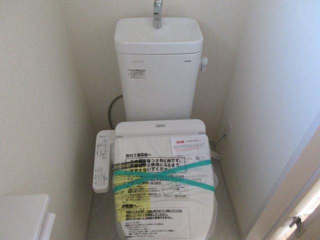 2階温水洗浄付きのトイレです。もちろん窓もあり換気もしっかりできます