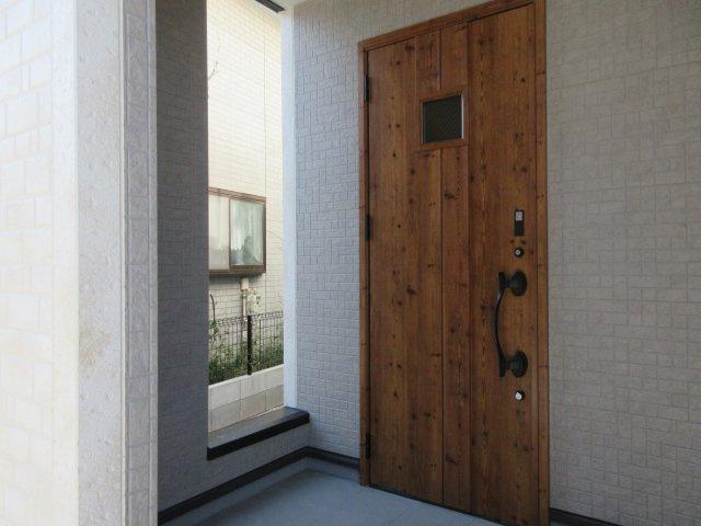 スマートカードキーでカードをかざすだけで開閉できる玄関ドア。
