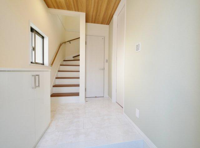 家の顔でもある玄関は大理石調のタイルを施し重厚感を演出しています アクセントクロスを施したお洒落な玄関です(5号棟)