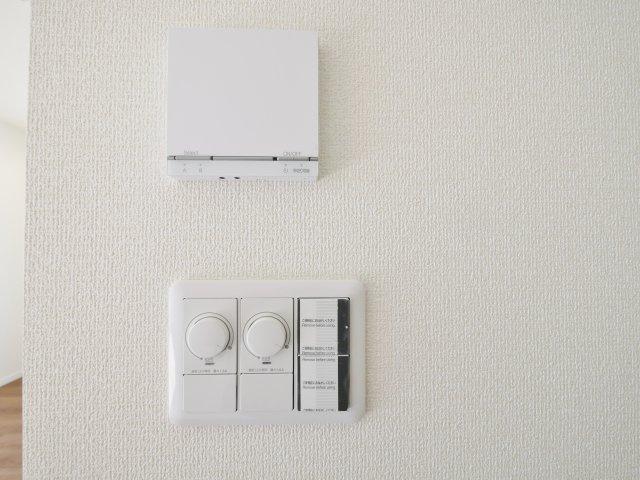 リビングには空気を汚さずに足元から暖かい床暖房が標準装備です(5号棟)