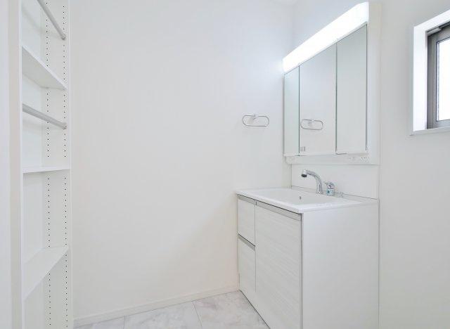 使い勝手の良い三面鏡の洗面台 洗面台平面にはラックがあるのでリネンなどのストックに便利です 洗面室も広々としているのでお子様との入浴にも便利です(5号棟)