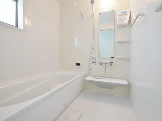 白を基調とした清潔感あふれる浴室 一坪タイプの浴室は足を伸ばしてゆっくりとバスタイムを楽しめます 浴室換気乾燥機が標準装備です(5号棟)