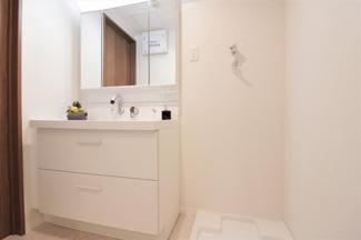 新品の洗面化粧台です♪シャワ水栓で使い勝手もいいです!鏡は三面鏡です!鏡の後ろは小物収納になっております♪