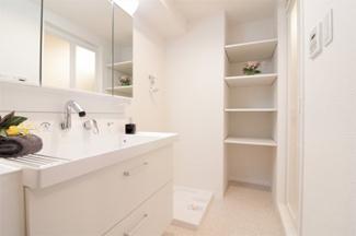 洗面室内には収納棚が設けられております♪タオルや洗剤などのストック場所としてたいへん重宝しますね(^^)