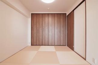 和室4.5帖です♪ヘリの無い琉球畳で洋風な和室です!押入れではなくクローゼットが設けられております!
