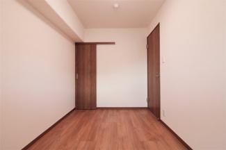 玄関横の洋室4.5帖です♪独立した居室で在宅ワークのお部屋としてもいいですね(^^)