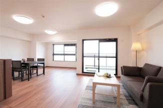LDKはゆとりの20帖です♪バルコニーに面した明るく開放的な室内です(^^)物件内の設置家具は一式ご購入も出来ます。一式:41万6,700円(税込)