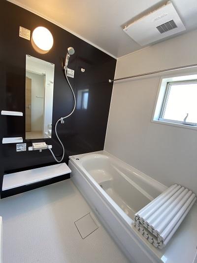 三面鏡の洗面台。鏡裏は細々した洗面用品を収納できる!インナーホース式で蛇口が伸び、お掃除時も便利♪
