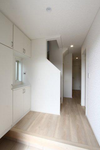 白が基調のナチュラルな仕上がりの玄関◆白いクロスは、明るく広い空間を演出してくれます。ご家族のたくさんの靴が収納出来るシューズボックス完備!写真を飾ったり鍵置場にしたり便利な棚もポイントです♪