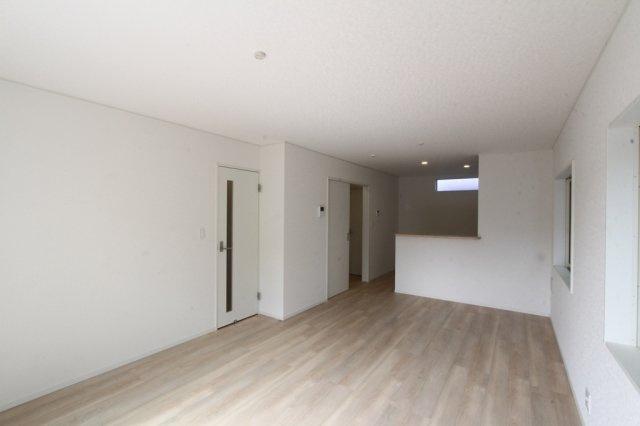 広々とした約16.7帖のLDK◇2面採光の風通し陽当り共に良好の快適な室内空間です♪インテリアの設置がしやすい間取りで、コーディネートが楽しみになりますね!