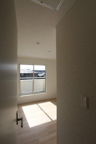 たくさんの陽が差し込む陽当り良好の室内◎南道路につき、開放的な間取りでございます!プライベートも確保された居室でのんびりお過ごし頂けますよ◇全居室複層ガラス仕様◇