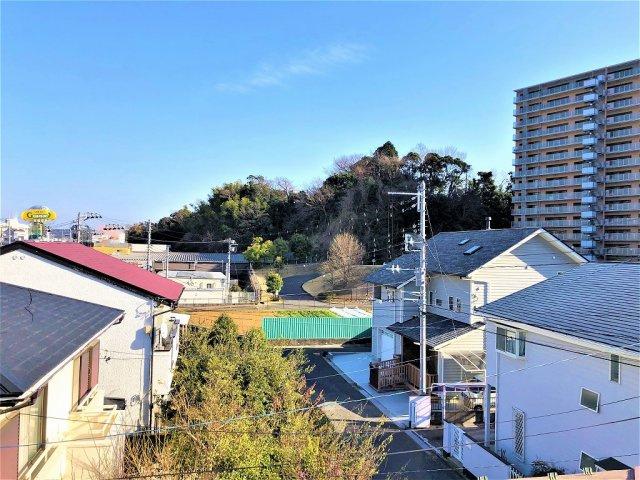 開放的なバルコニーからの眺望は大変気持ち良いです。 お洗濯物もカラット乾く風通しの良さです。