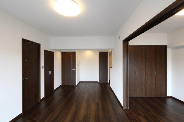 全室フローリング・天井+壁クロス張替済◎後付けの多い照明器具も設置済なので、お好みの家具を揃えてすぐに新生活がスタート出来るのが嬉しいですね。今なら室内ゆっくりとご内見出来ますよ。まずはご連絡下さい。
