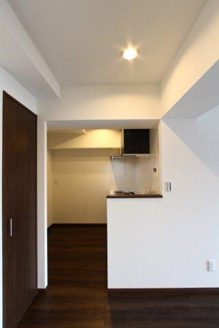 リビングからキッチンが丸見えにならずに済むシステムキッチンは、新規交換済で使い勝手良好◎キッチン向かい合わせにはキッチンボードを置いたり、冷蔵庫を置いても十分な広いスペースがございます。