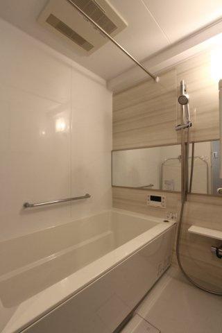 浴槽をまたぐ際のふらつき防止や、小さなお子様とのご入浴も手すりがあれば安心ですね。 また浴室乾燥機付きなので、雨の日は乾燥室としてもご利用頂けます。その際、上部ポールが大活躍です!!