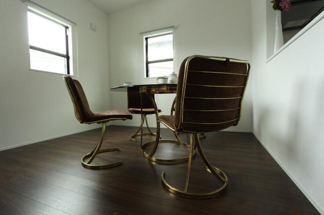 リビング前に食卓スペースを置いたお写真です。床の色は濃いブラウンなので、落ち着いた雰囲気になっています。