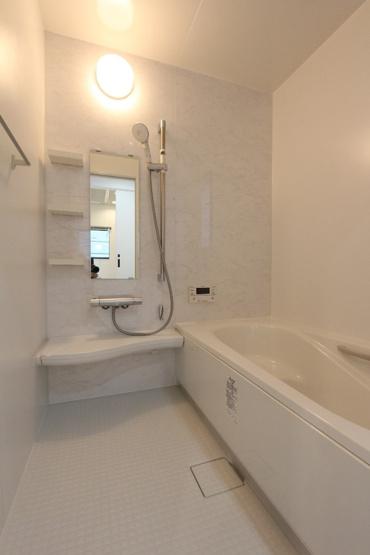 一坪タイプの浴室です。大人の方が足を伸ばして入浴出来るサイズ、浴室内には段差があり、お子様の椅子や節水にも効果があります。