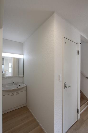キッチン脇には、パウダールームに繋がる扉があり、水回りが近く家事のしやすさを感じられますよ。