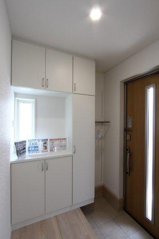 装飾を施したスリットと小窓から光を取り入れた玄関スペースとなっております。TV付きインターホンを採用しておりセキュリティ面も安心です。