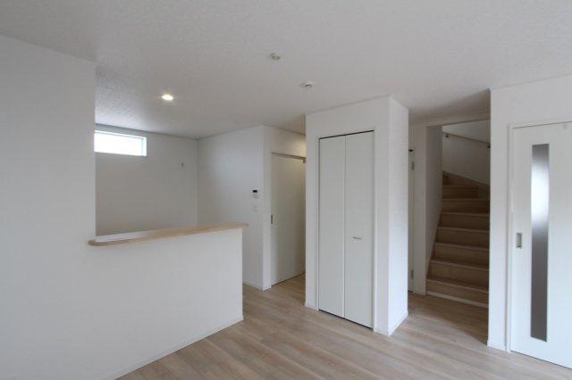 リビング階段を採用した3号棟。家族をより近くに感じられる優しい間取りとなっております。キッチン横には収納スペースが設けられており、散らかりがちなLDKもスッキリと整理整頓ができて嬉しいポイント。