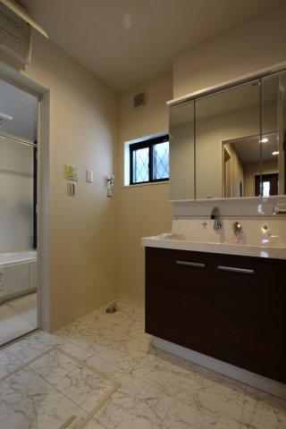 独立洗面台には収納力があり、洗面所をすっきりとさせてくれます。小窓も付いており採光や換気にも役立ちますよ。