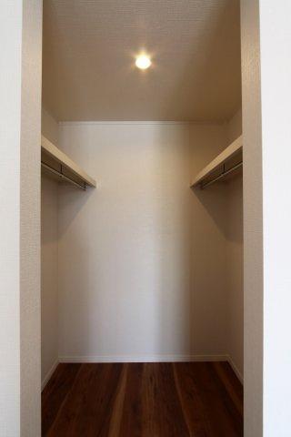 洋室7.5帖にウォークインクローゼットと、使い勝手が良く起きてすぐに身支度が整いますね。スペースも大きく、大きな家電なども余裕をもって収納できますよ。