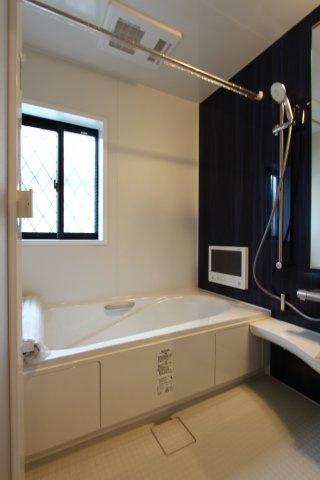 浴室換気乾燥機が設備されており、雨の日や梅雨の時期は、上部の物干しが大活躍。湿気のこもらない窓付きバスルーム。
