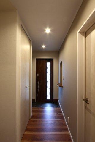 白を基調とした室内全体は、清潔感がただよう空間に。スリット入の玄関扉は採光を取り入れやすく暗くなりがちな空間も明るい印象に。