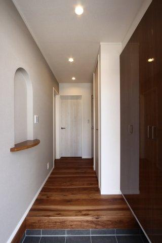 玄関収納は天井までの高さと、収納スペースには十分の大きさ。玄関脇にはニッチを採用して、インテリアを楽しめる余裕のある空間に。