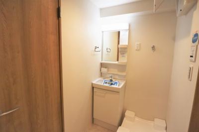 洗面化粧台新調いたしました♪室内洗濯機置き場もあります。