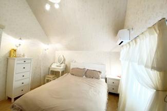 《洋室7.5帖》3階にあるお部屋です。勾配天井で開放的なお部屋です。