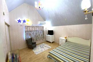 《洋室8帖》こちらのお部屋も勾配天井です。どちらのお部屋にも収納があります。