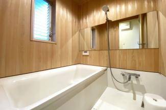 壁全面や天井まで木目のお風呂は、1日の疲れをゆっくりと癒してくれます。