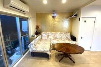 《床暖房》のあるリビングはご家族が自然と集まる空間です。リビングから素敵なお庭が見えますね。