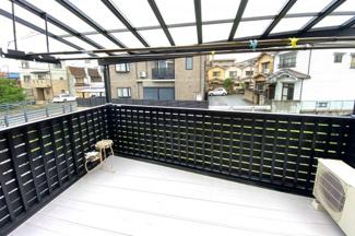《洋室6帖》広々としたワイドバルコニーは屋根もあり多少の雨でも洗濯物は濡れずにすみます。洗濯物がたくさん干せますね。