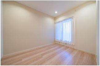 全居室収納付きで、窓があります! この写真は廊下側のお部屋になりますが、採光もとれております。  いつでもご連絡下さい。 イオンハウジング03-3450-2381