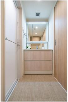 スペースにピッタリとは舞った独立洗面台! 三面鏡にになっており、収納機能が付いておりますので、生活感を隠すこともできます。  ご内見は今すぐ03-3450-2381