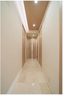 玄関廊下は大理石貼り☆ 光沢もあり高級感が漂います♪ 横にはシューズBOXもございます。