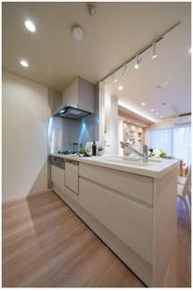 充分にスペースが確保されたキッチン! 食洗機・浄水器一体型水栓付きの最新モデルです☆ 毎日のお料理が楽しくなります♪  いつでもご連絡下さい。 イオンハウジング03-3450-2381
