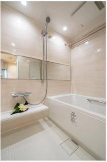 人気横型ミラーが設置されたユニットバス♪ 浴室乾燥機も付いておりますので、雨の日などの悪天候でも選択可能です☆ 奇麗な浴室で毎日の疲れを洗い流せます♪