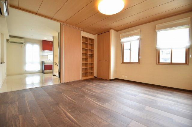 9帖の開放感のある洋室。日の光が入り、暖かな雰囲気!