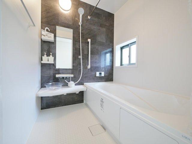 モダンな色合いに一坪タイプの浴室 浴室換気乾燥機が標準装備です