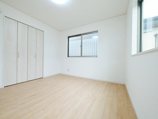 2階6.62帖の洋室 壁面ワイドな収納が魅力的です