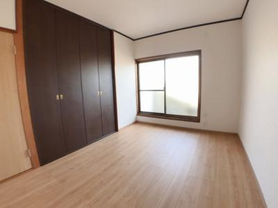 3階南側約6帖の洋室です♪ 南側にはバルコニーもございますよ♪